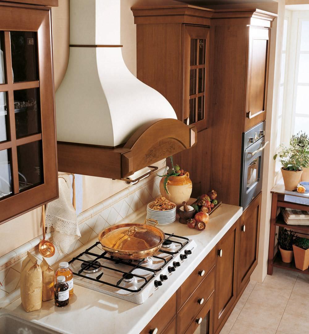 Небольшая кухня из массива