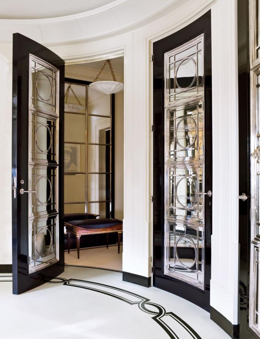 Входная зеркальная дверь в неоклассическом стиле