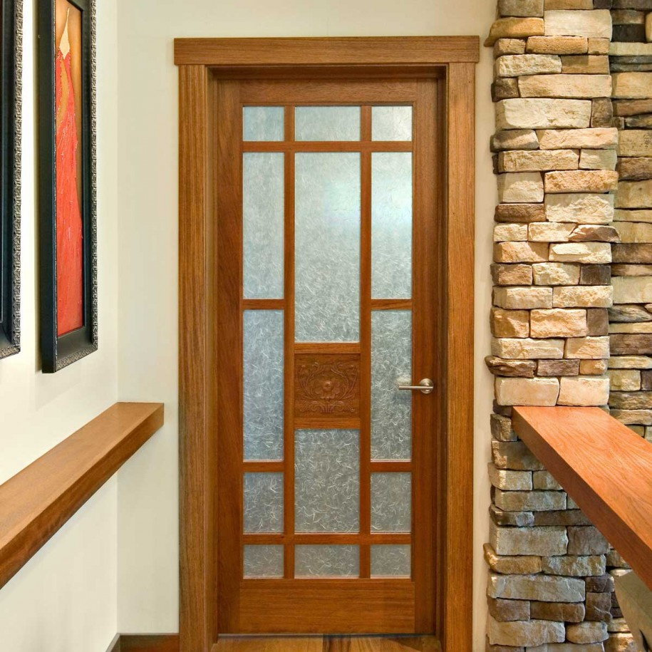 Дверь с непрозрачным стеклом