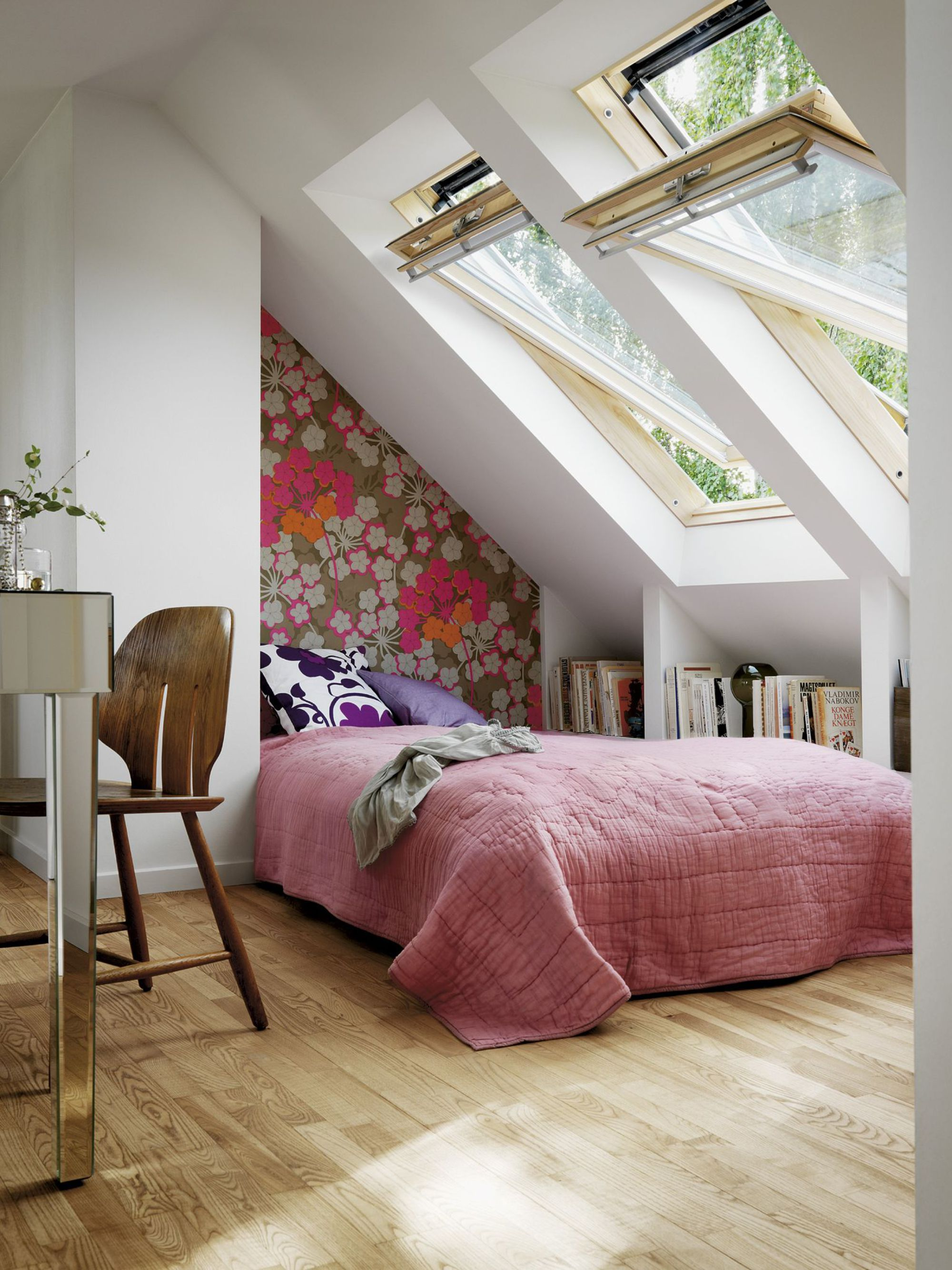 Дизайн узкой спальни с нишей