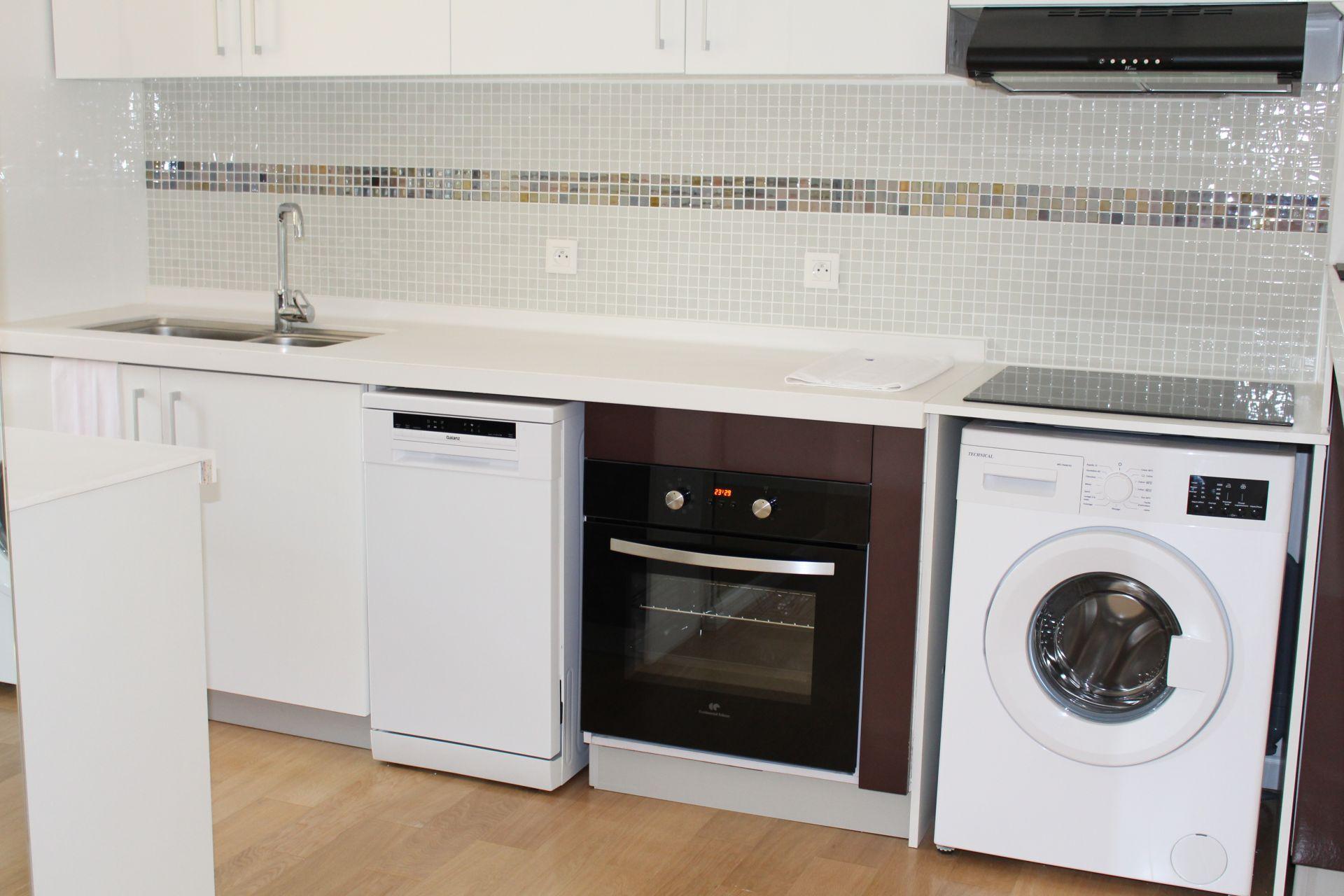 Стиральная машина на кухне в нише
