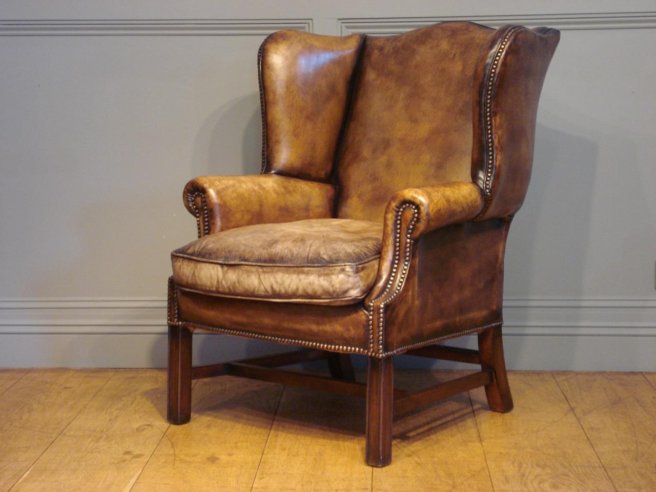 Кожаное кресло на деревянных ножках