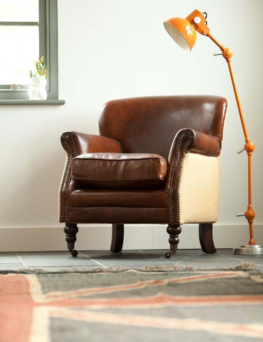 Кресло в кожаной обивке