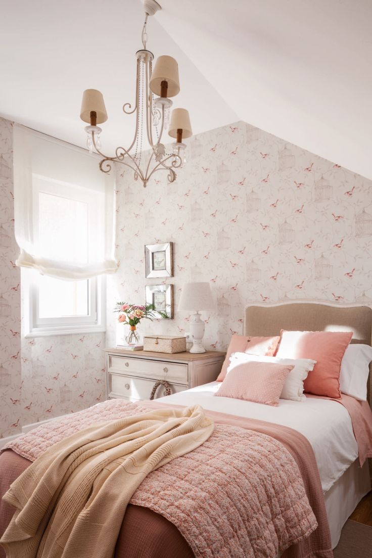 Расстановка мебели в спальне с обоями