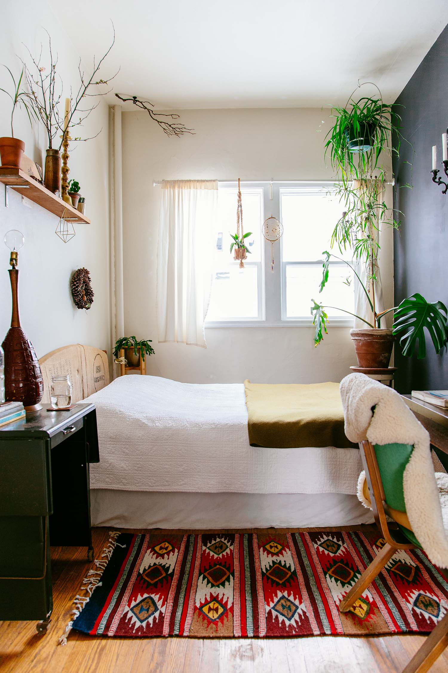 Дизайн узкой спальни с кроватью у окна