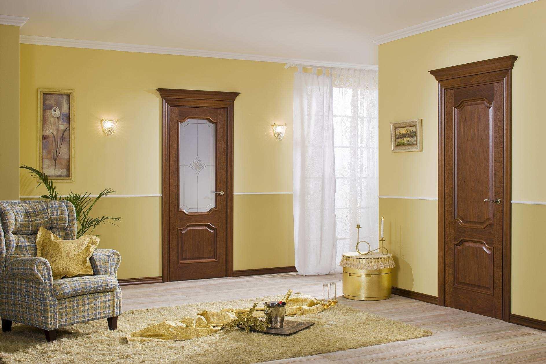 Дверь из ореха со стеклом