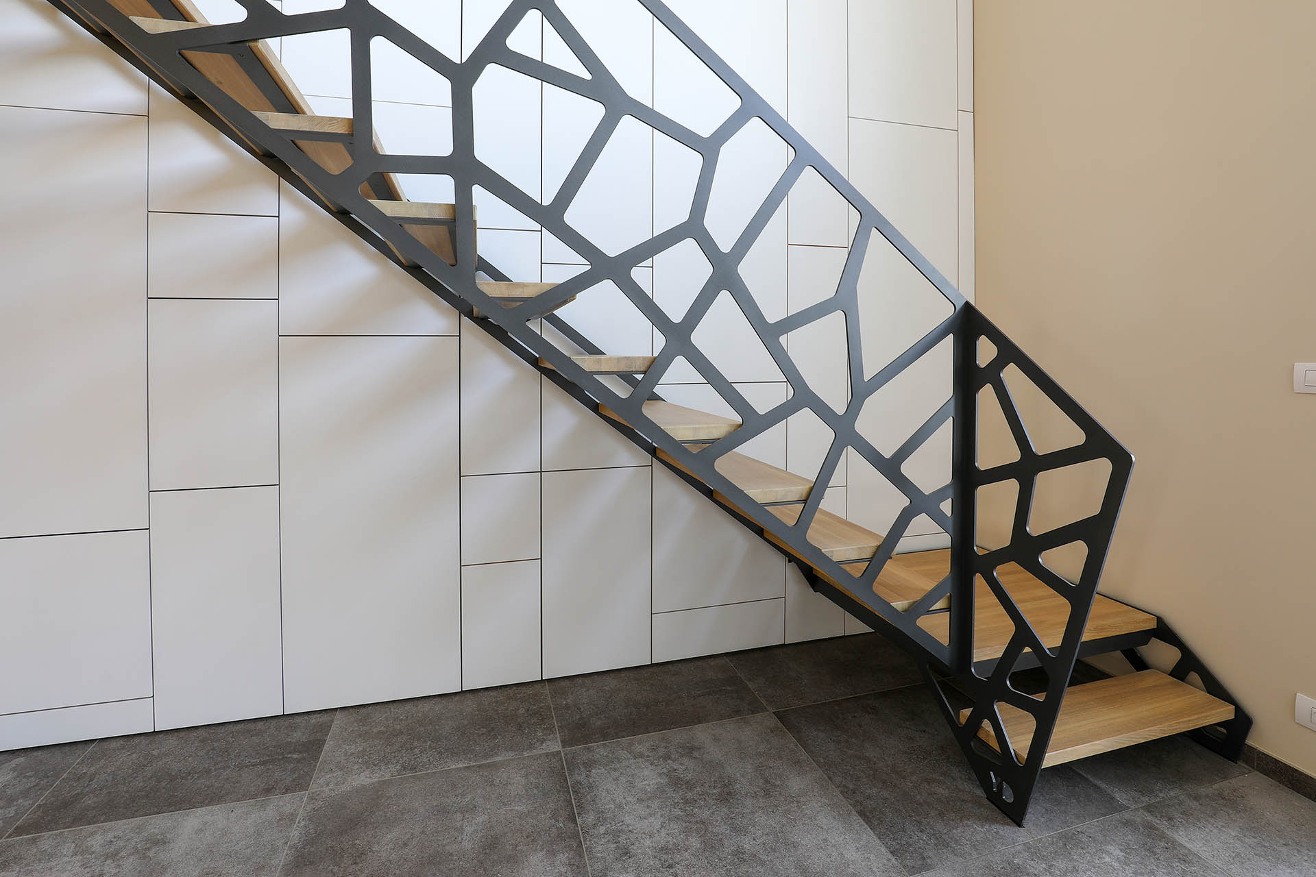 Лестница на второй этаж на металлическом каркасе оригинальная