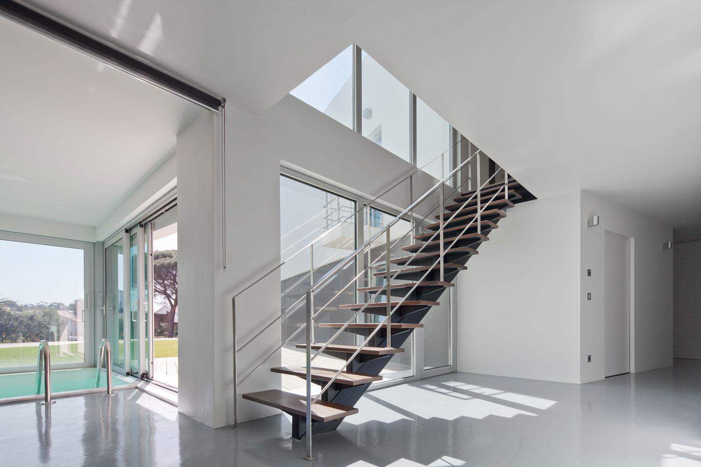 Лестница на металлическом каркасе в особняке