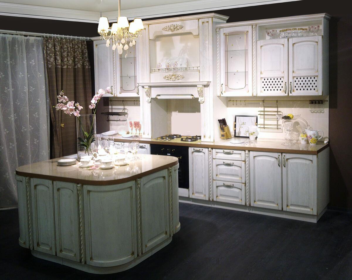 Островной гарнитур на кухне в классическом стиле