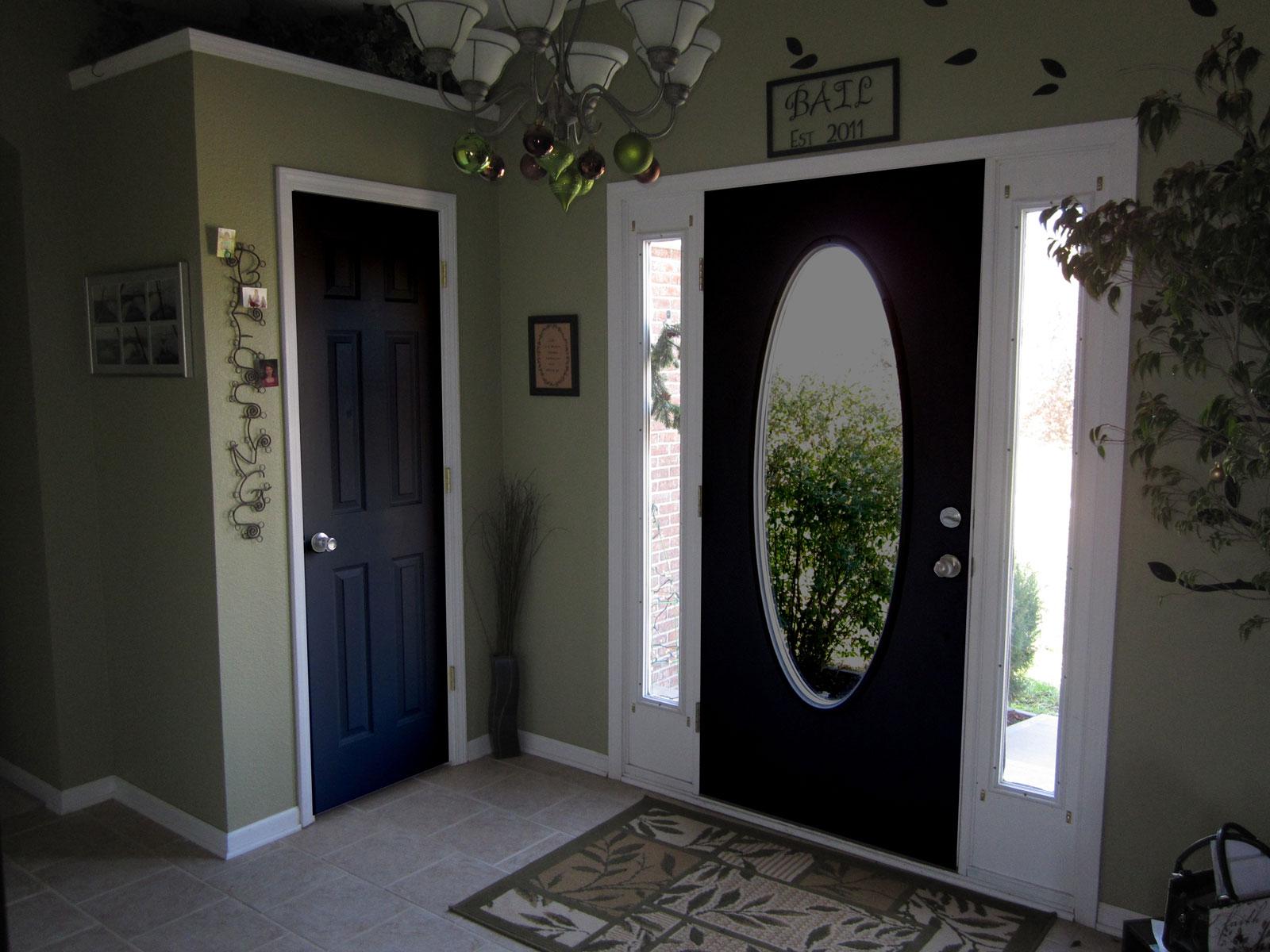 Входная дверь с овальным зеркалом