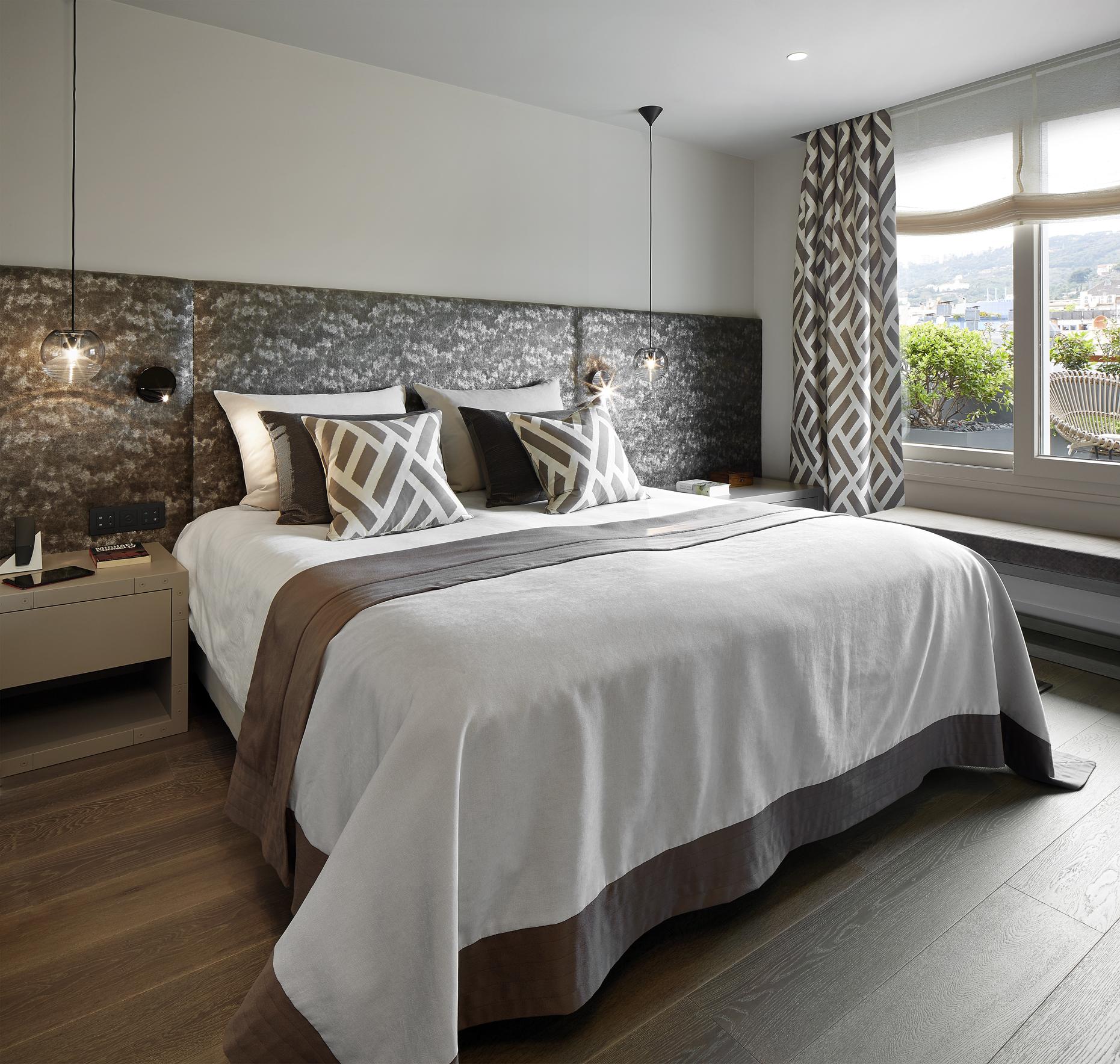Расстановка мебели в спальне с мягкими панелями