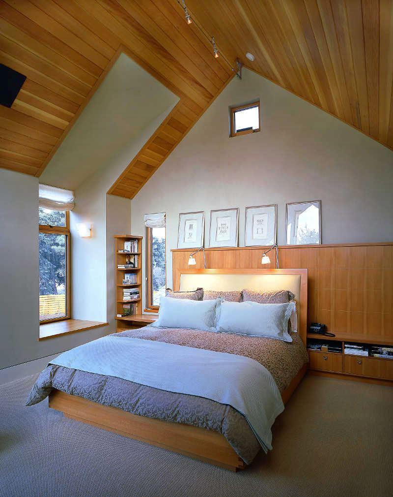 Кровать около окна и стены с панелями