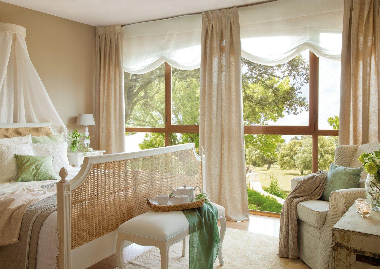 Расстановка мебели в спальне с панорамным окном