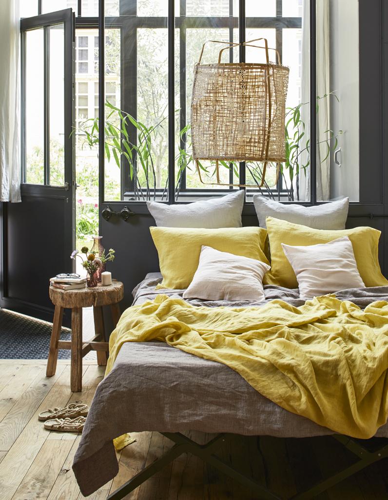Кровать изголовьем к панорамному окну
