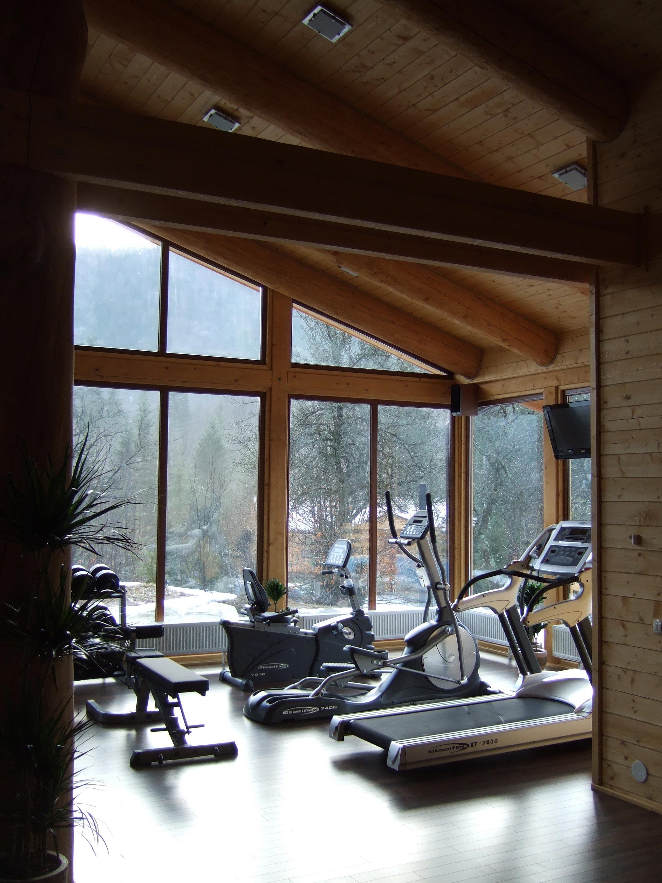Домашний спортзал с панорамными окнами