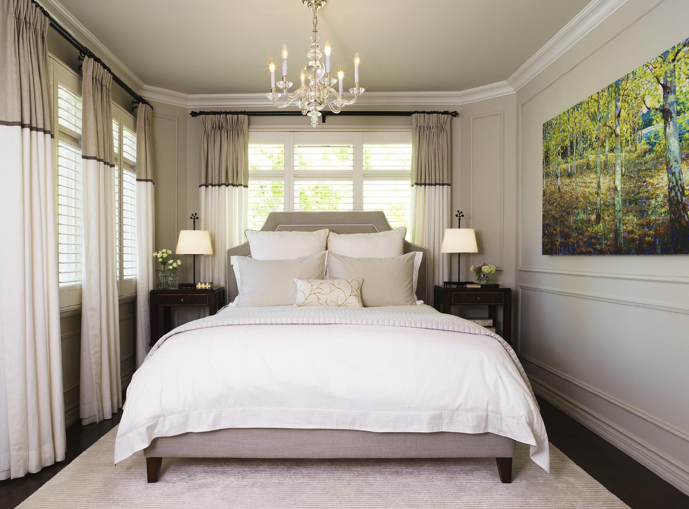 Дизайн узкой спальни в пастельных тонах