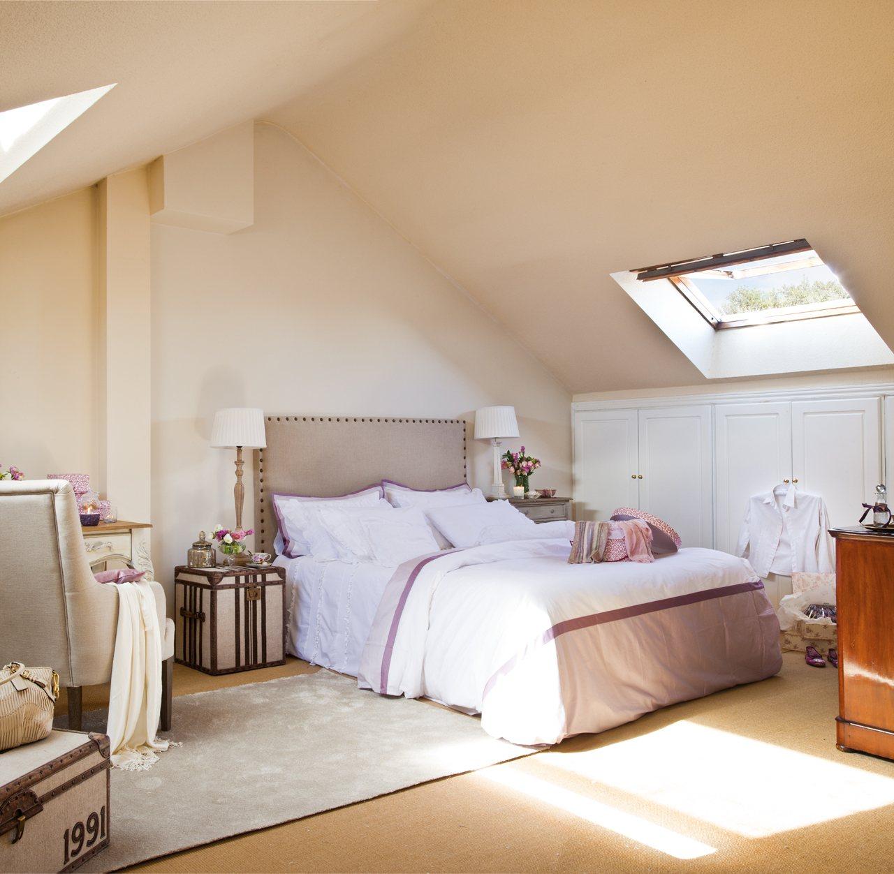 Расстановка мебели в спальне в пастельных тонах