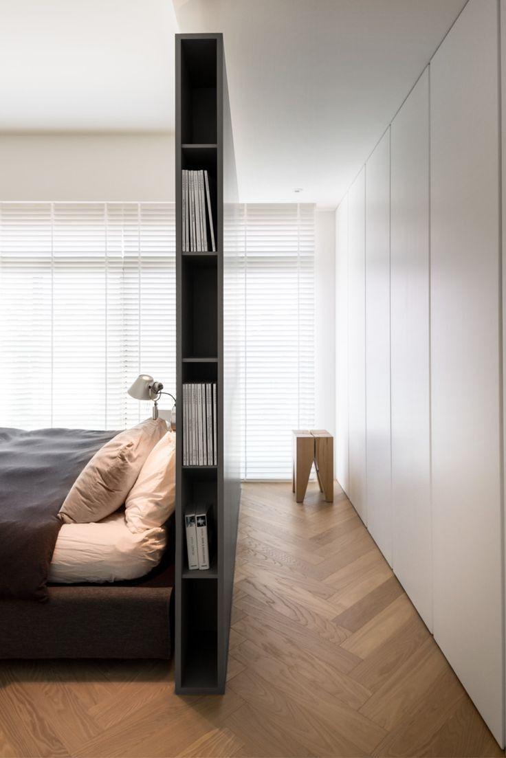 Кровать изголовьем перегородкой к окну в спальне
