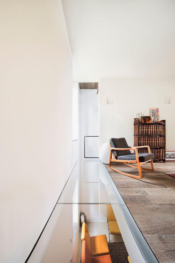 Стеклянный пол по периметру комнаты