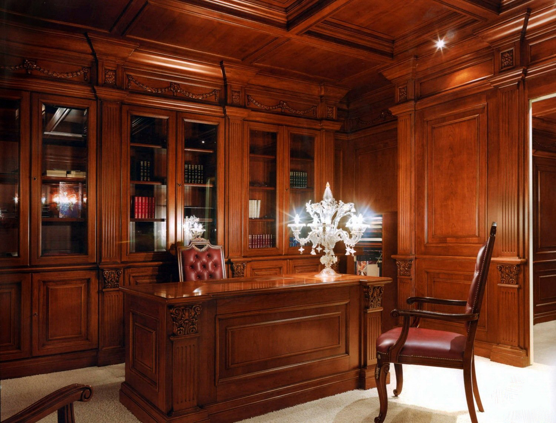 Письменный стол из дерева для кабинета