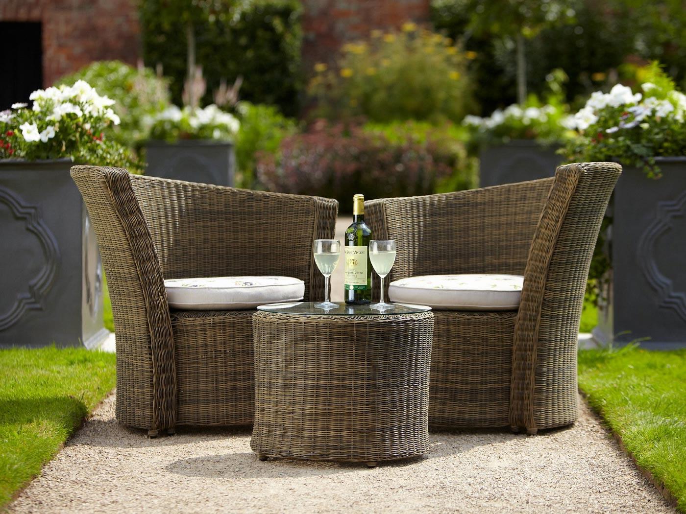 Плетеные садовые стулья