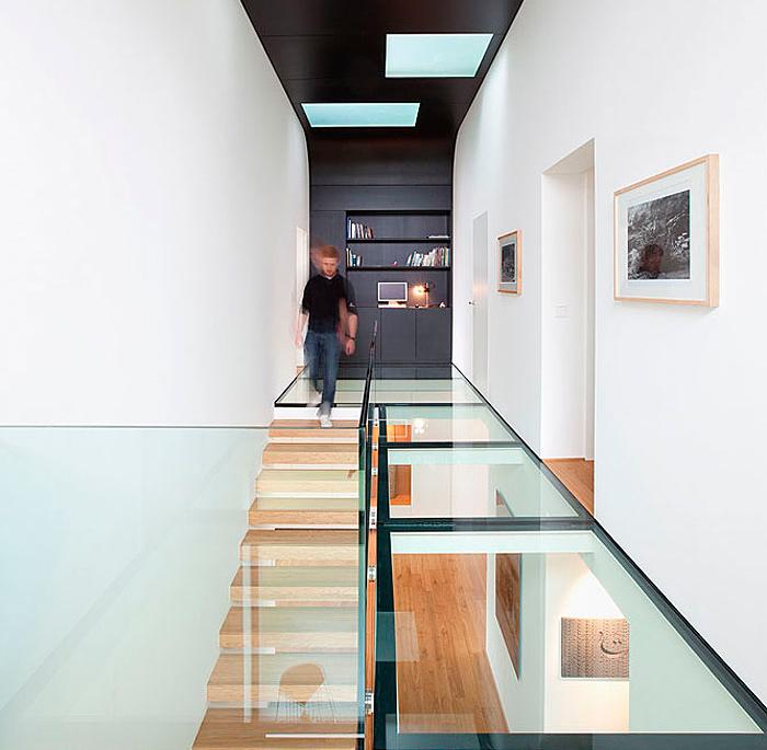 Стеклянная лестничная площадка в частном доме