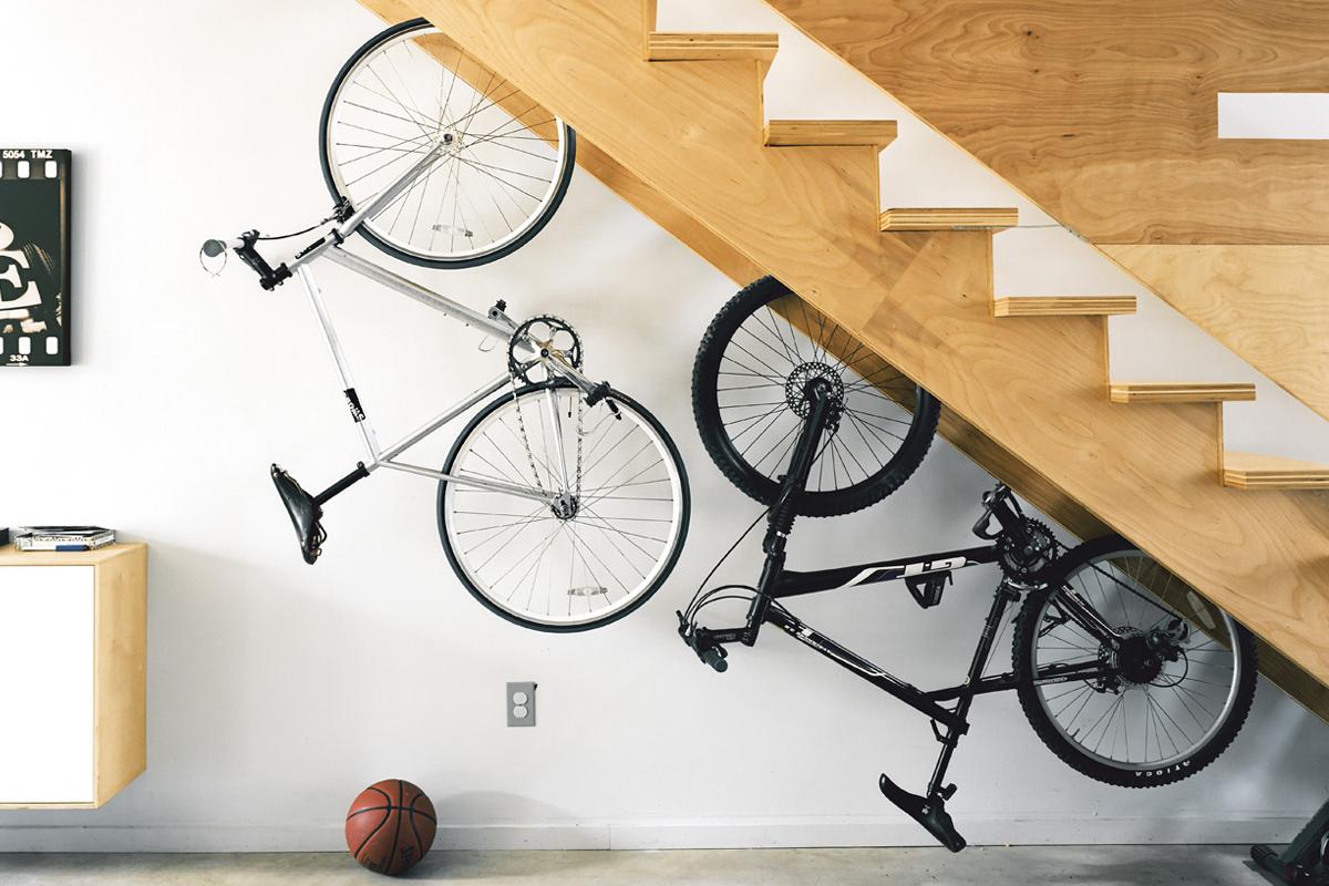 Хранение велосипеда под лестницей