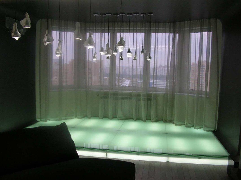 Подиум из стекла с подсветкой в гостиной