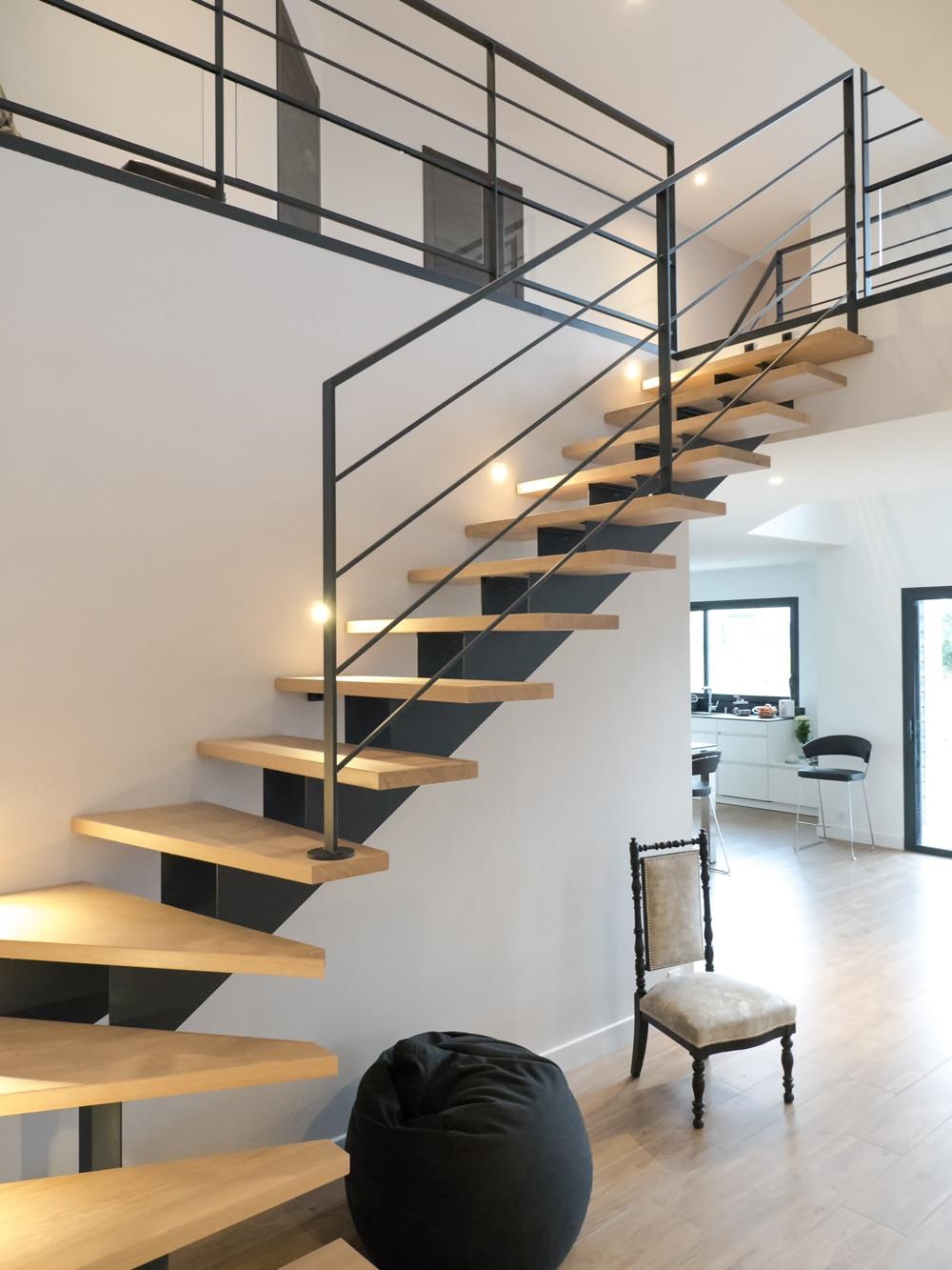 Лестница на второй этаж на металлическом каркасе с подсветкой
