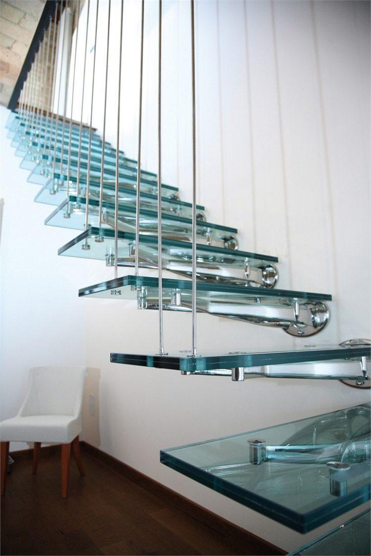 Лестница на второй этаж на металлическом каркасе подвесная