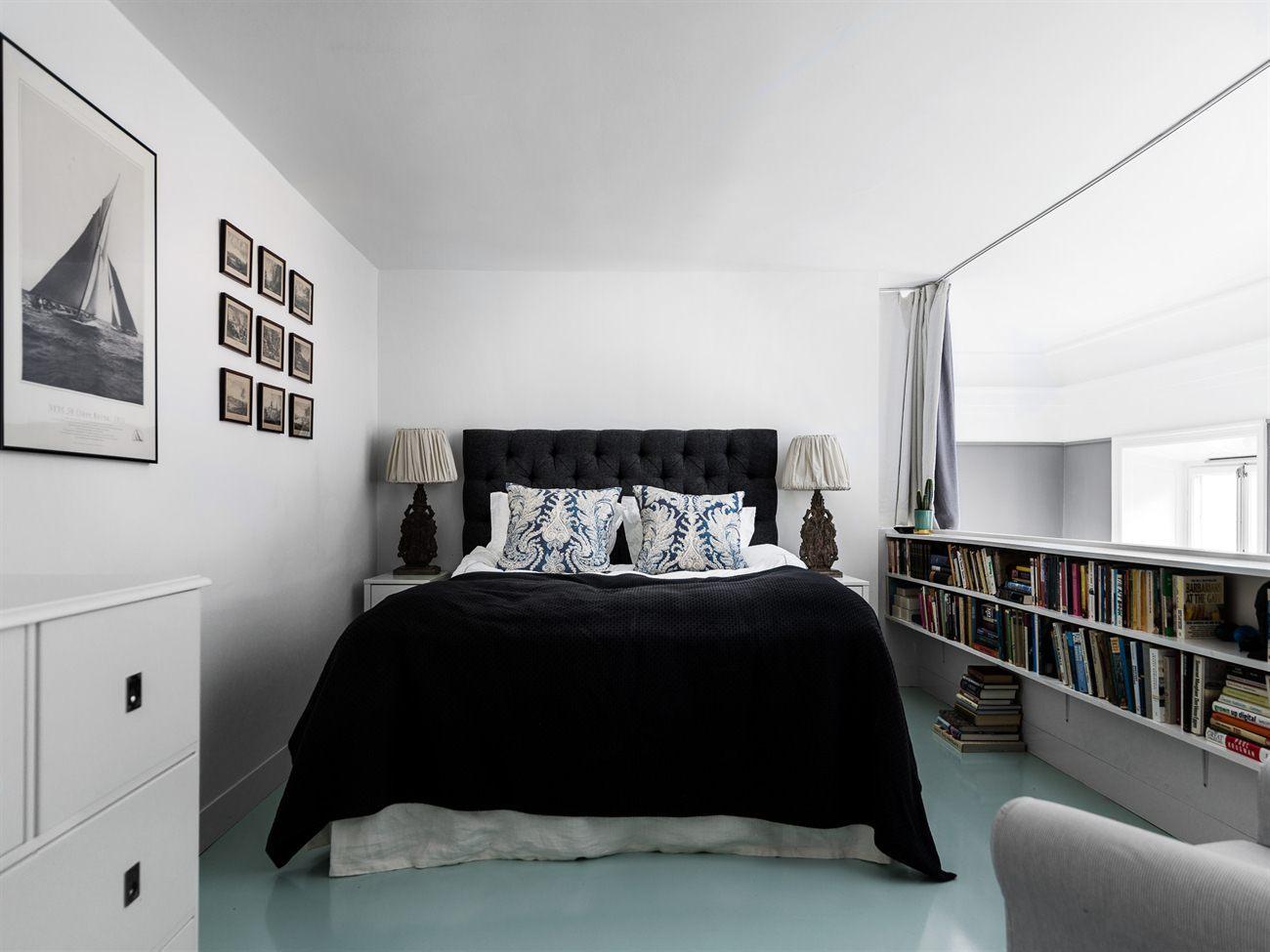 Расстановка мебели в спальне с полками