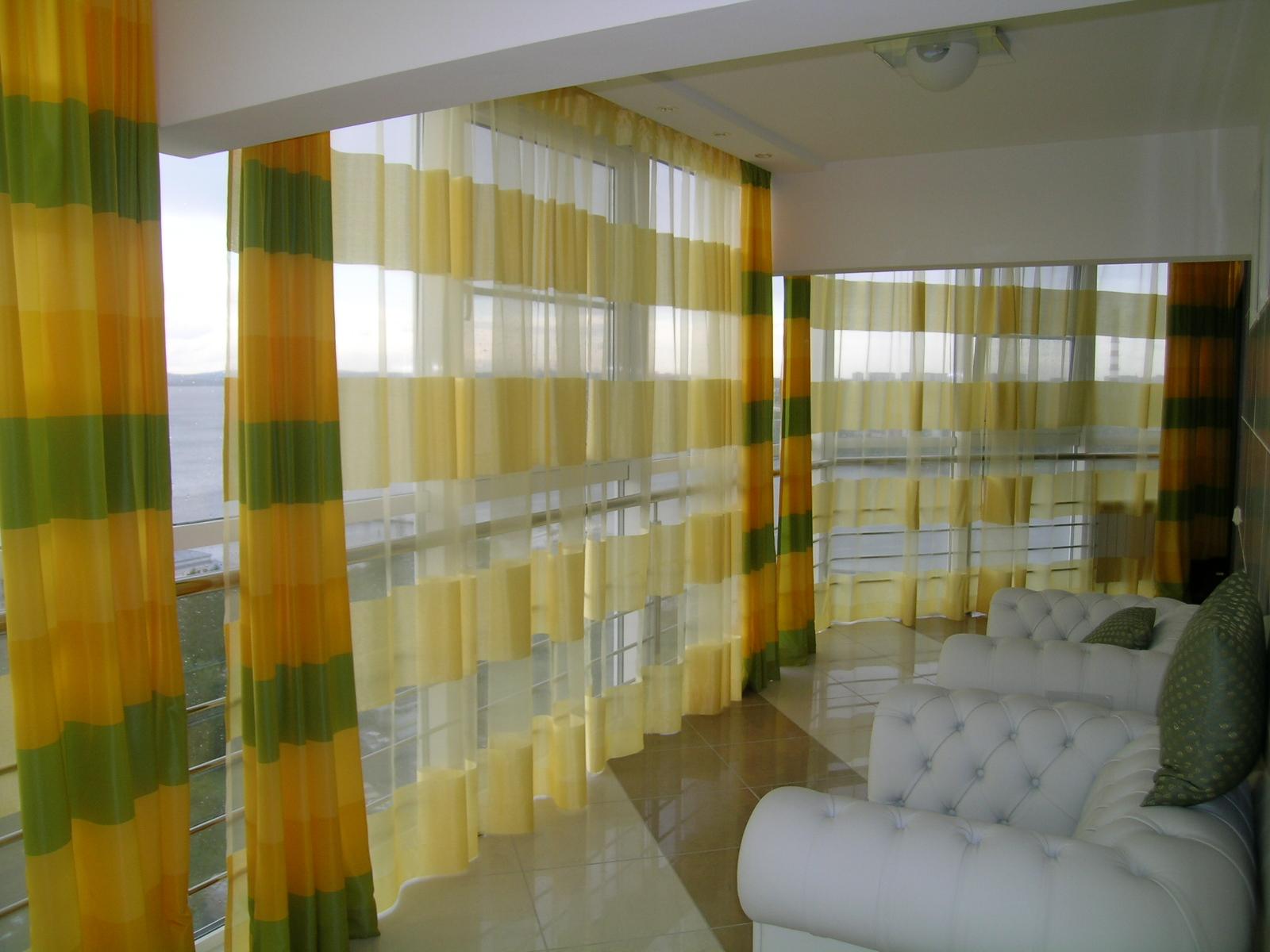 Полосатые шторы на застекленной лоджии