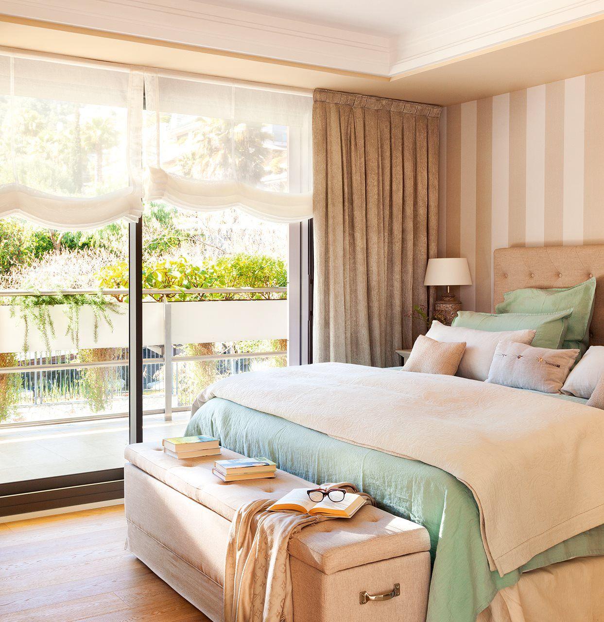 Расстановка мебели в спальне с полосатыми обоями