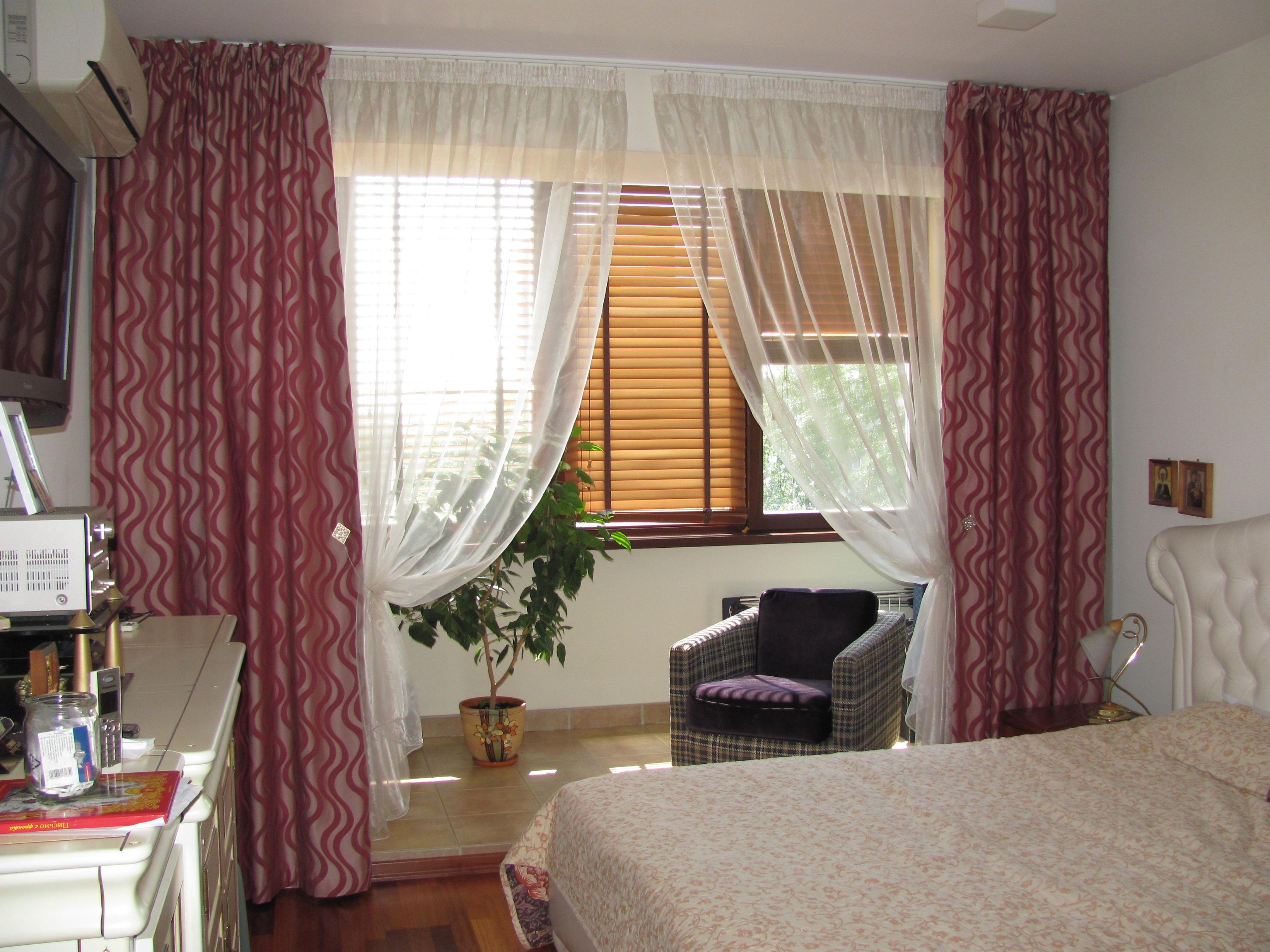 Портьеры в интерьере спальни с балконом