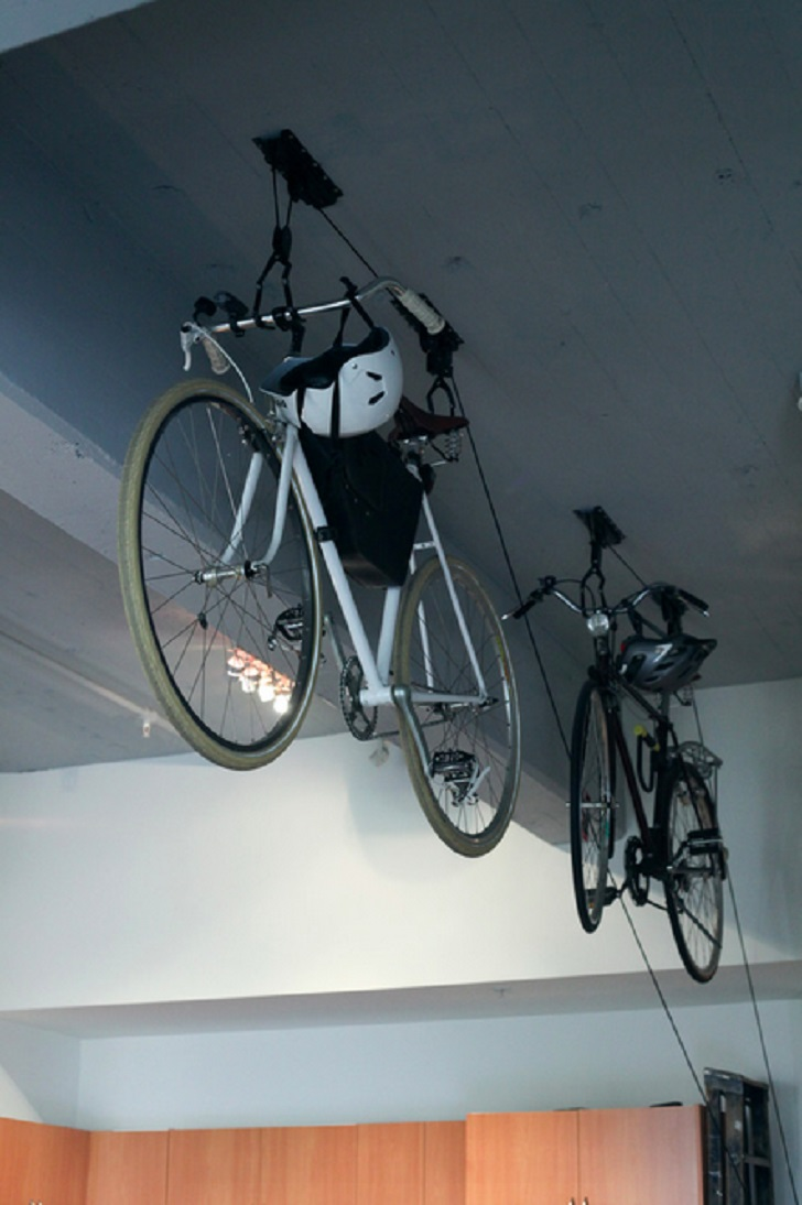 Хранение велосипеда под потолком в доме