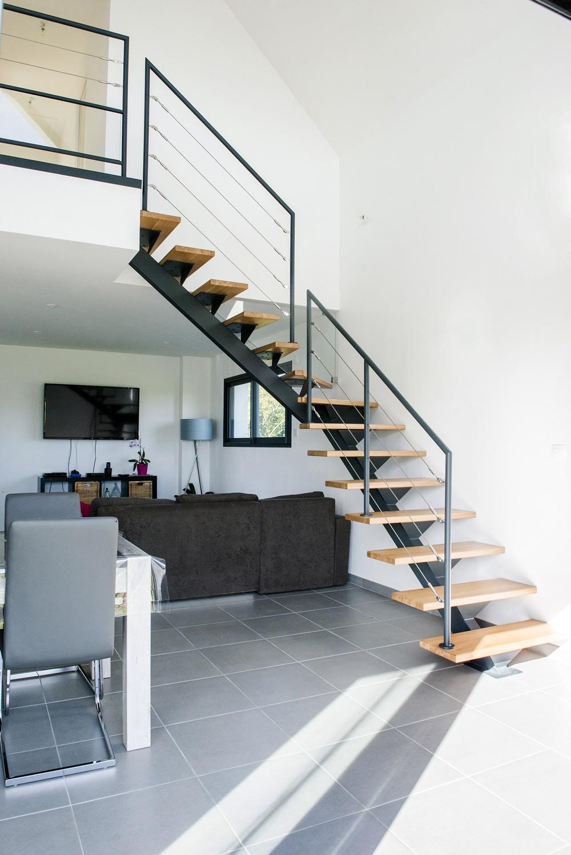 Лестница на второй этаж на металлическом каркасе поворотная