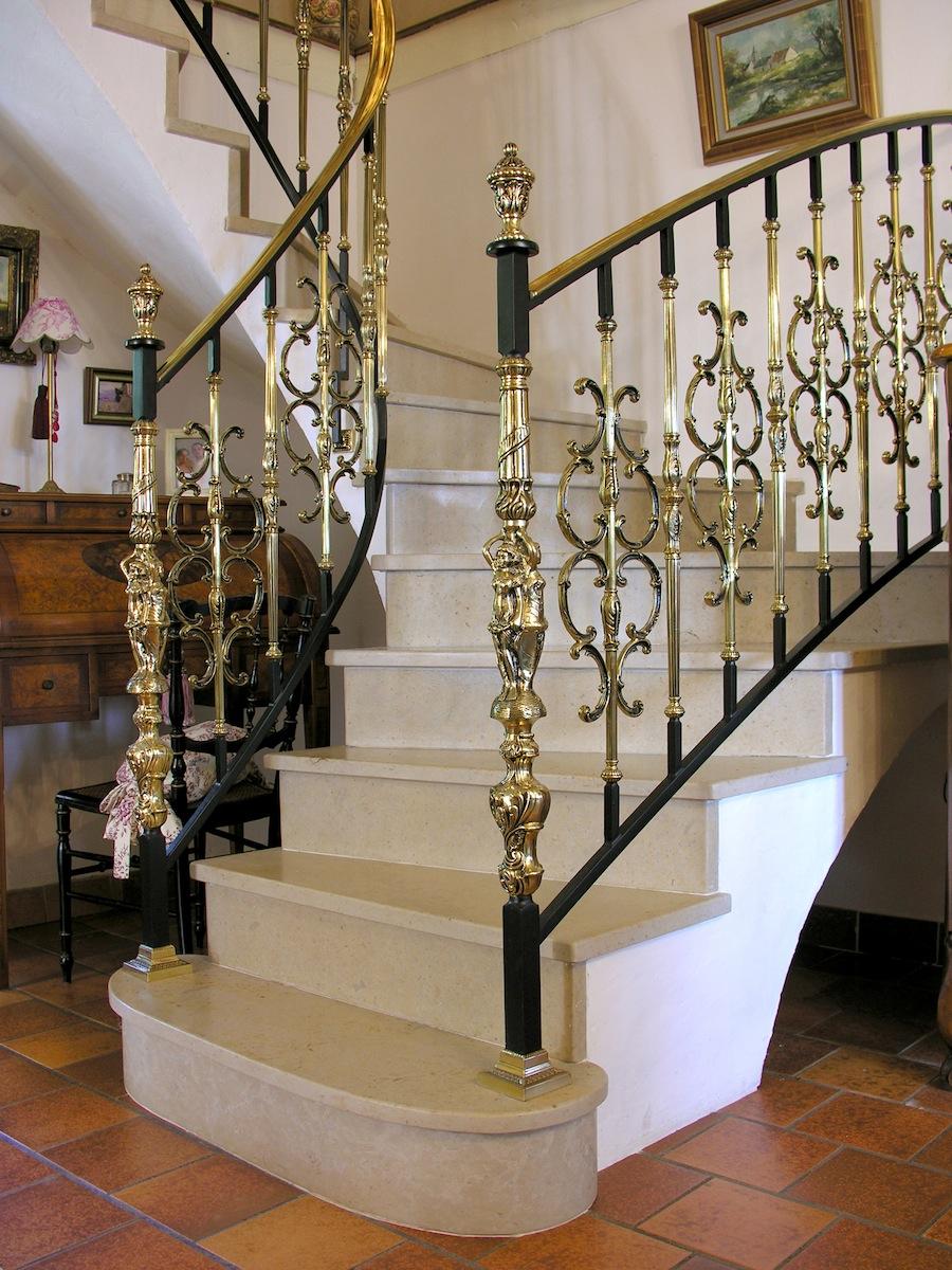 Лестница с позолоченными перилами