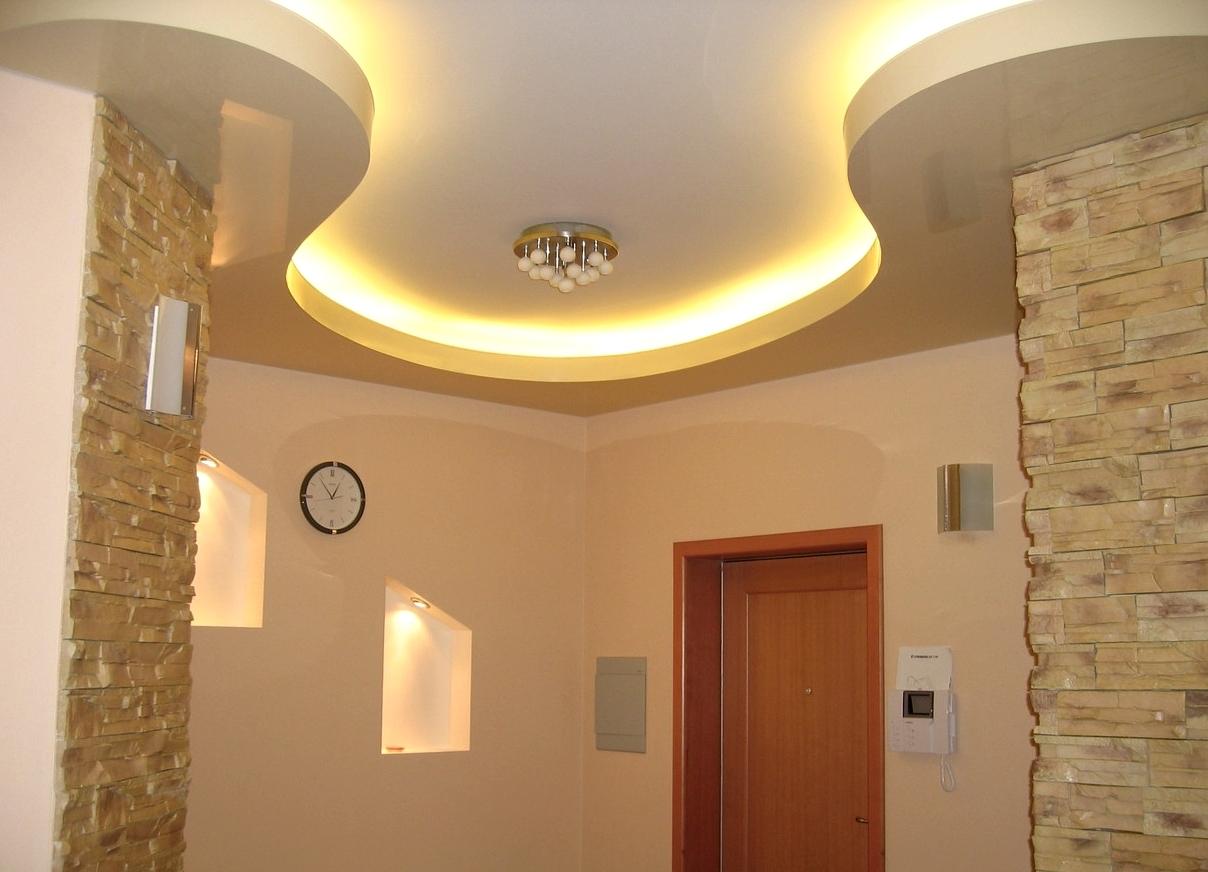 Светодиодная лента на потолке прихожей