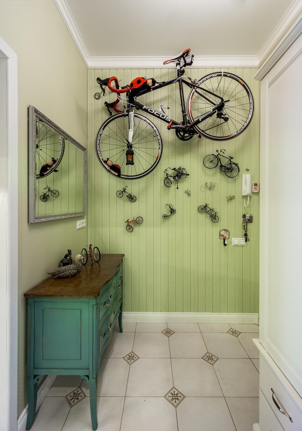 Велосипед в интерьере прихожей