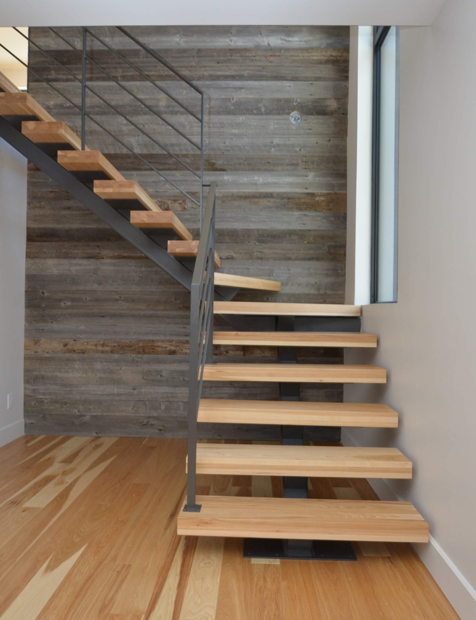 Лестница на второй этаж на металлическом каркасе пристенная
