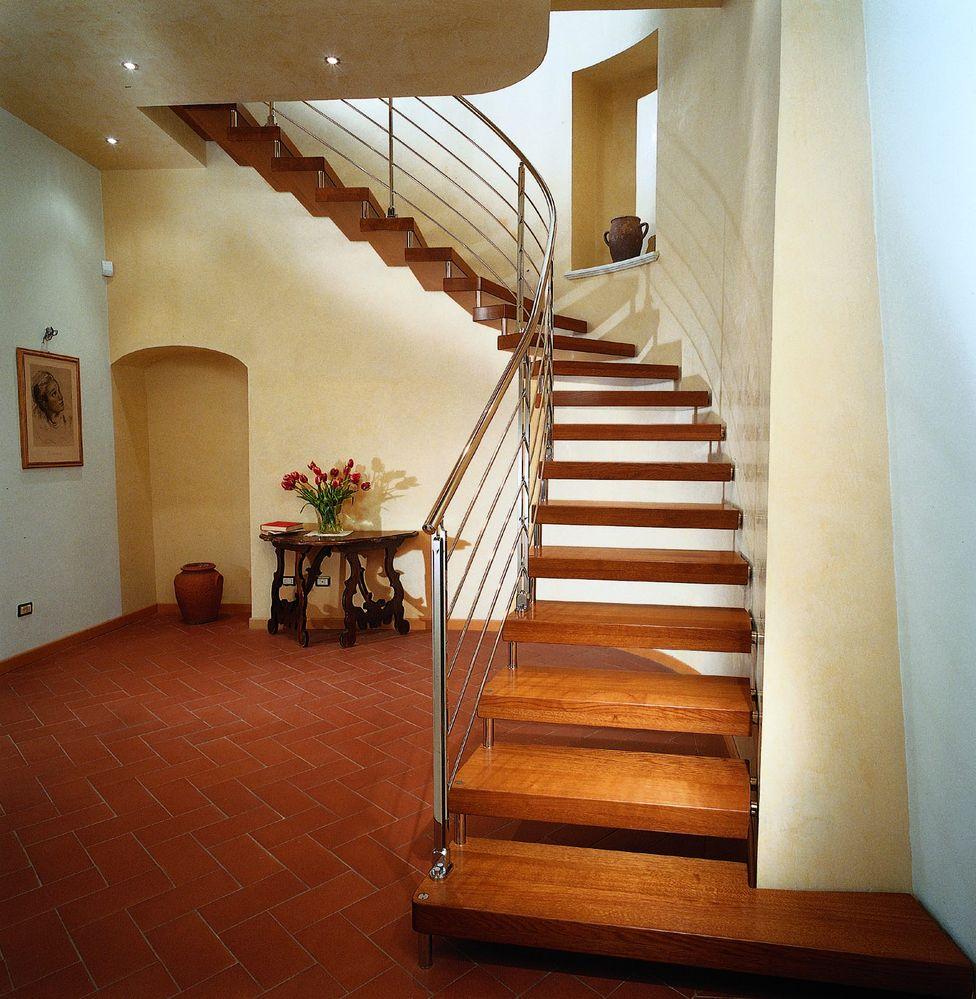 Пристенная лестница на больцах