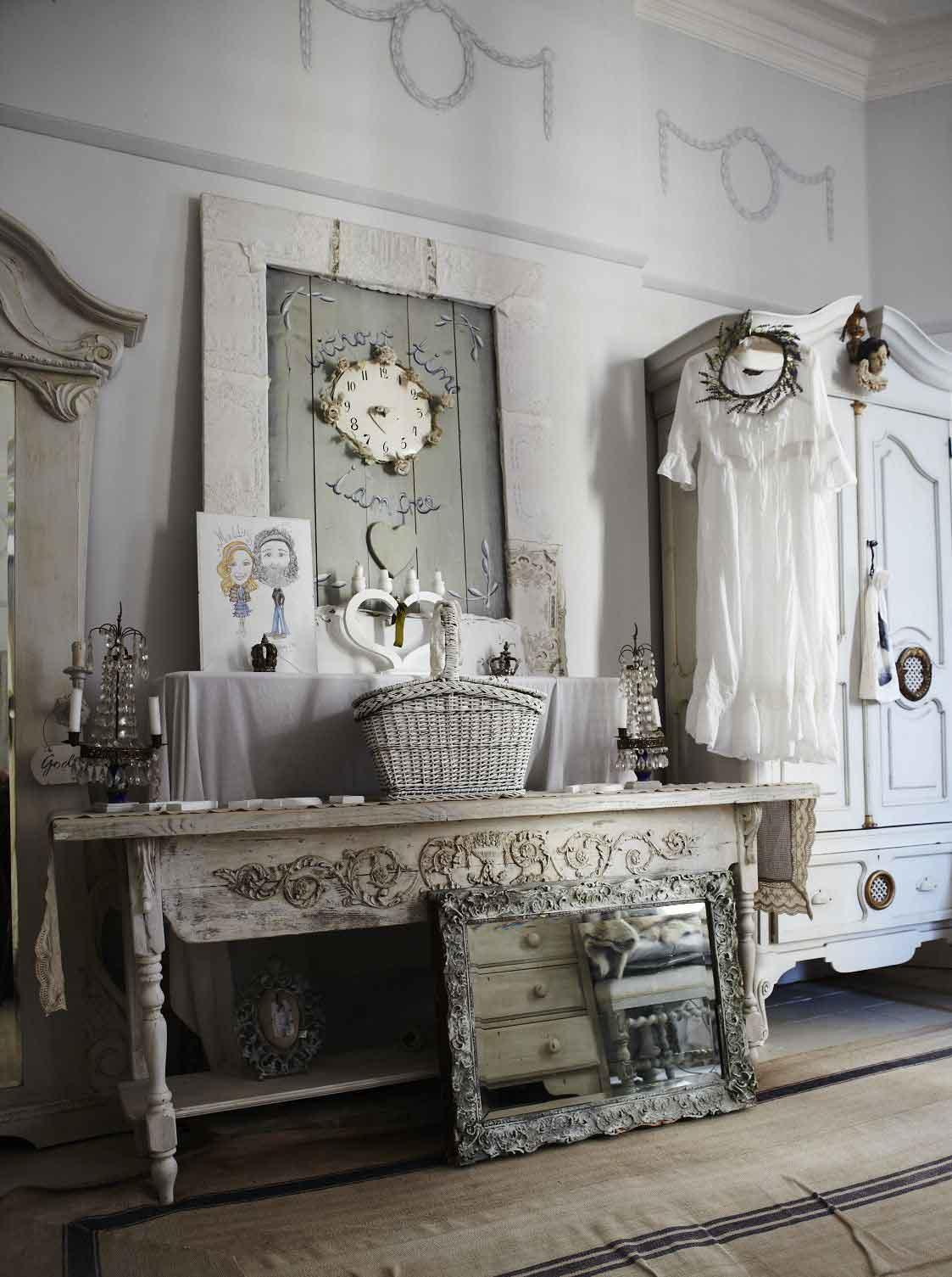 Антикварная мебель в спальне в стиле прованс