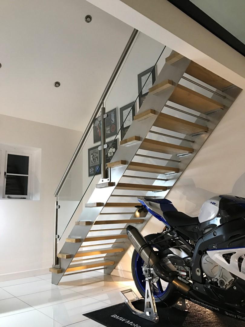 Лестница на второй этаж на металлическом каркасе прямая
