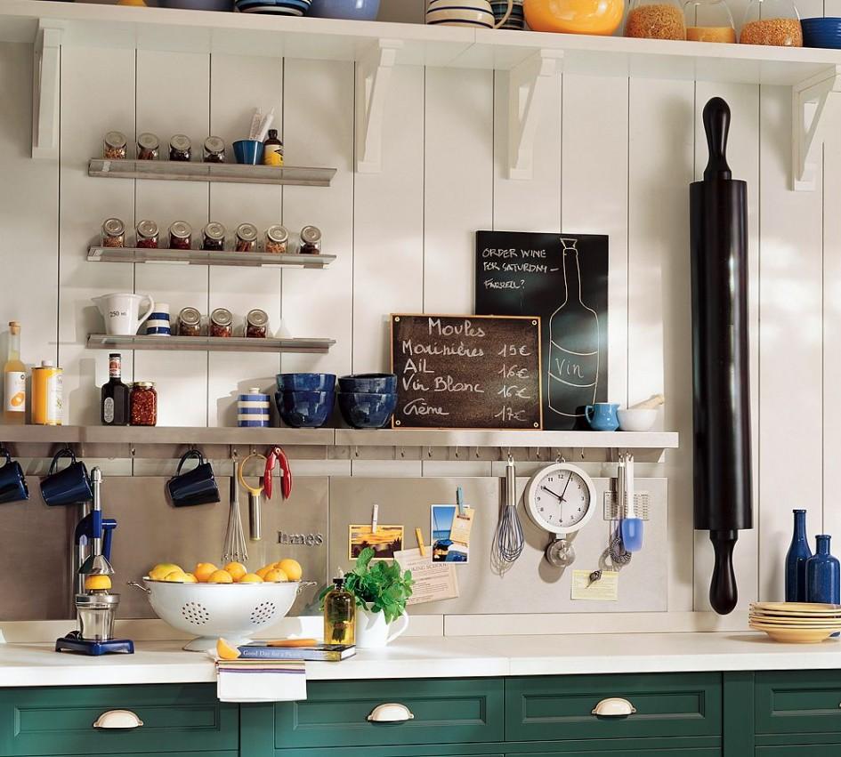 Полки в рабочей зоне кухни