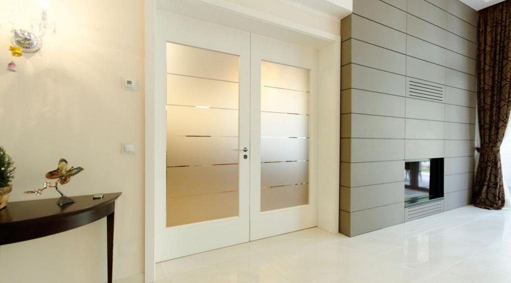 Межкомнатная дверь со стеклом распашная