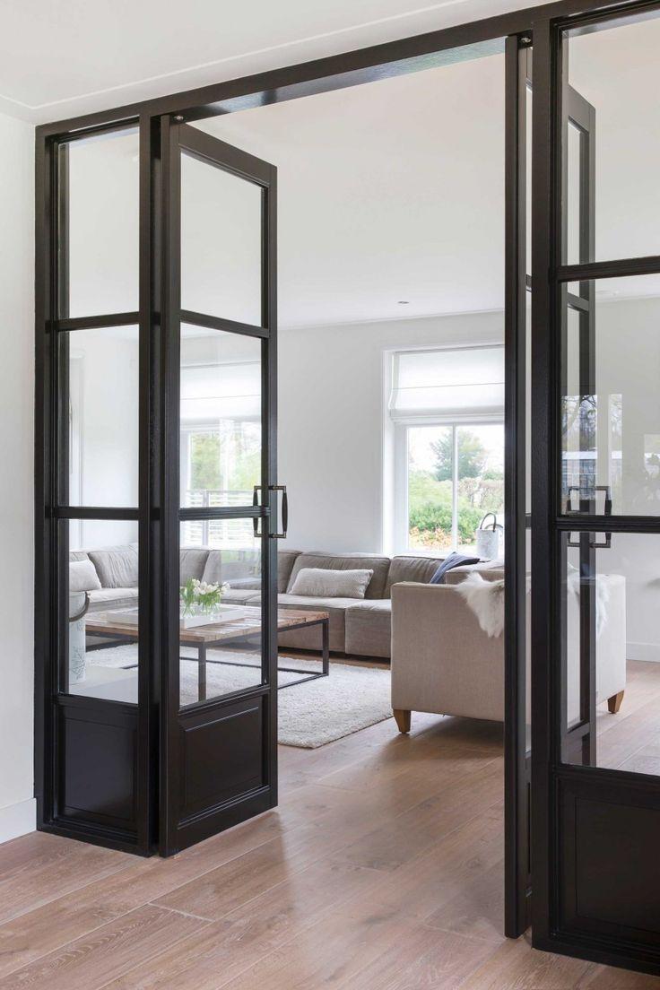 Межкомнатная дверь со стеклом и расширителем