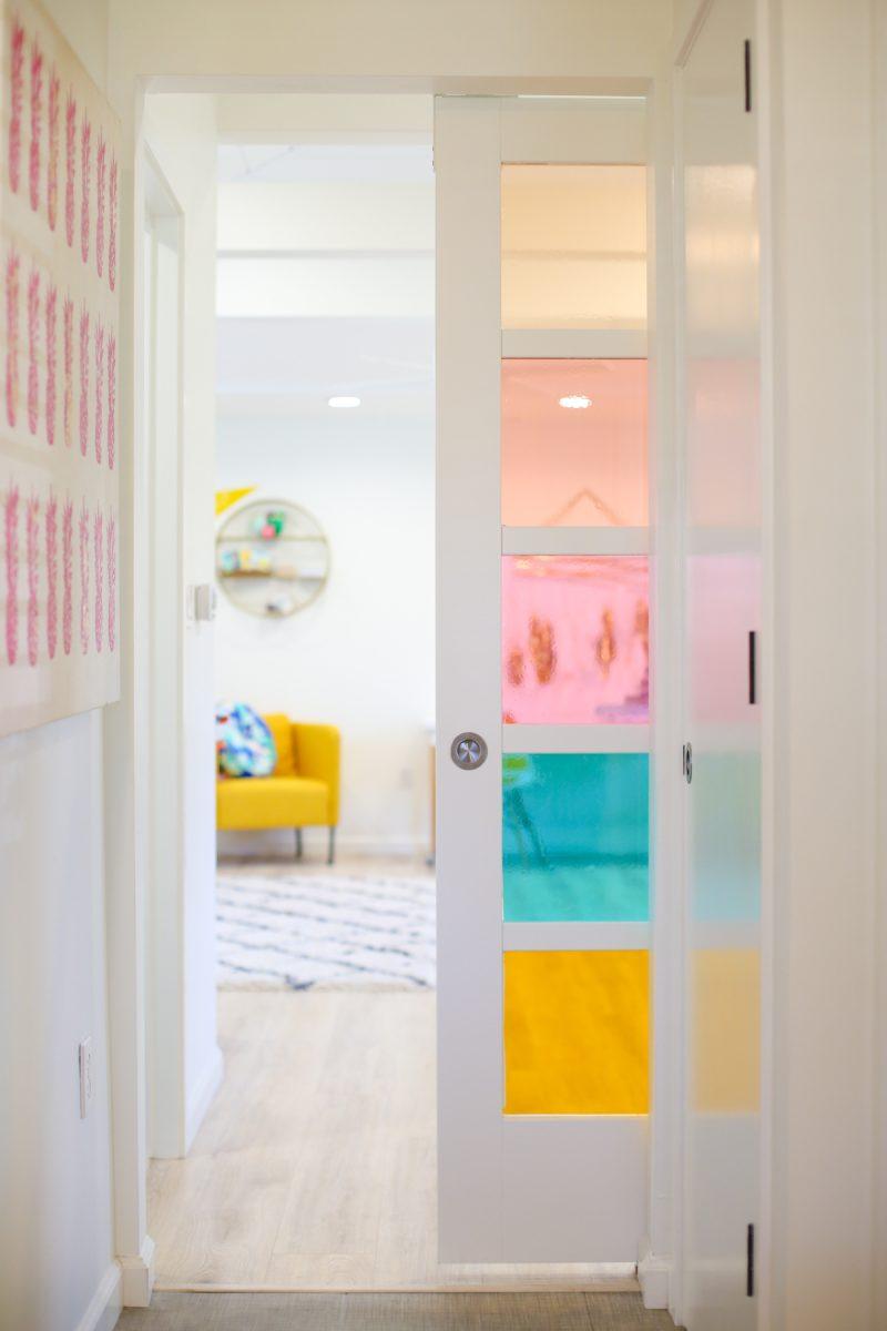 Межкомнатная дверь со стеклом разноцветным