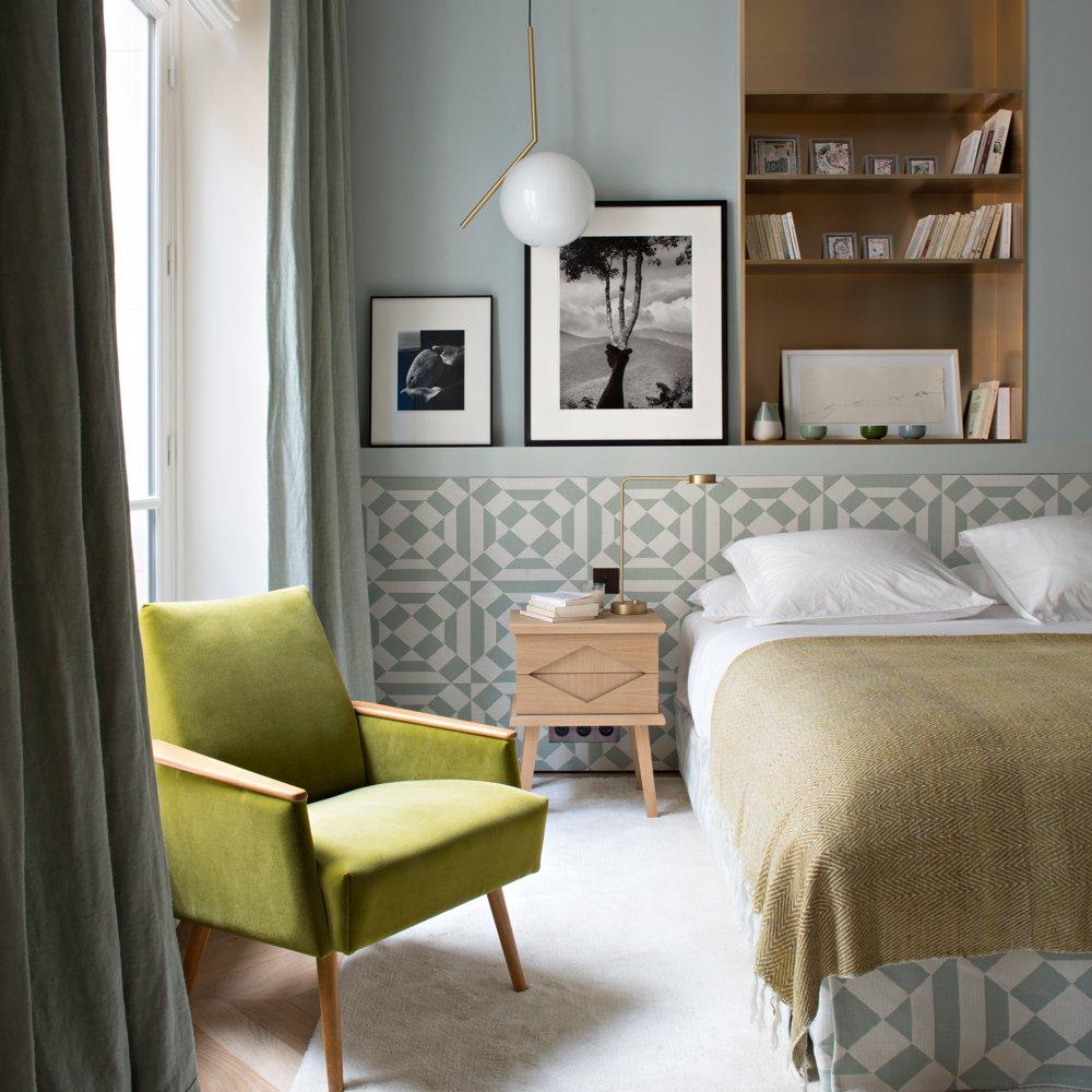 Кровать у окна в спальне ретро
