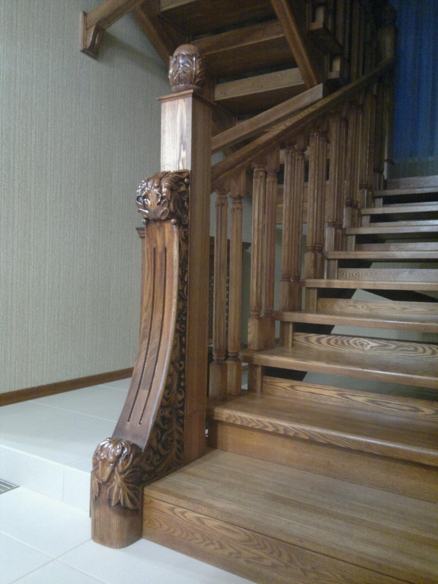 Резной декор на деревянной лестнице