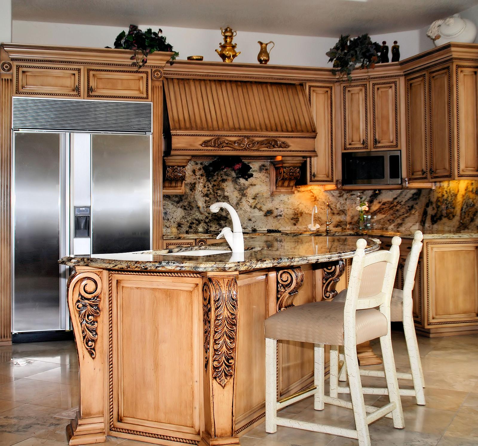 Классический кухонный гарнитур с резьбой